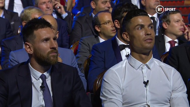 ◆動画◆欧州最優秀選手表彰にノーネクタイ白シャツで出てきてメッシを横にジョークを飛ばすクリロナさんwww