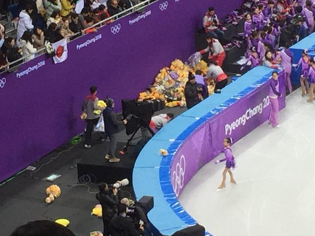 ◆五輪小ネタ◆フィギュアスケート会場でくまのプーさんにまぎれて青の一平くんが投げ込まれててワロタw
