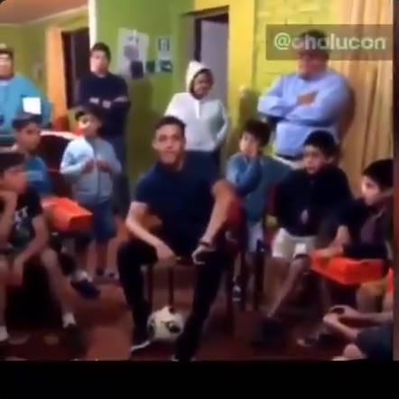◆悲報◆チリ代表FWサンチェス、禁酒・禁煙を説いてる途中でファンの子供に「ビダルは?」と突っ込まれ苦笑い