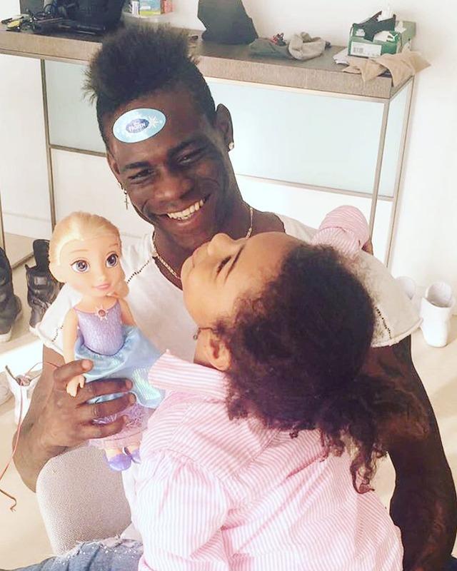 ◆画像◆マリオ・バロテッリ、娘とお人形さんごっこして幸せそう