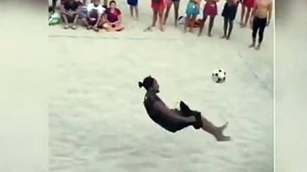 ◆動画小ネタ◆ロナウジーニョのビーチフットバレーボールが旨すぎると話題に!