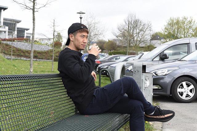 ◆画像◆ベンチにどっかり座り足を組む香川真司さんから王の余裕が漂っているらしい