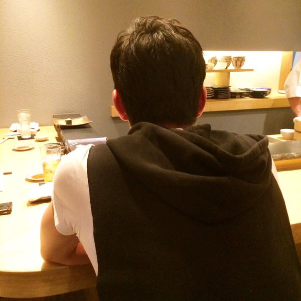 ◆画像小ネタ◆寿司屋のカウンターに一人佇む長谷部の背中が哀愁を誘う