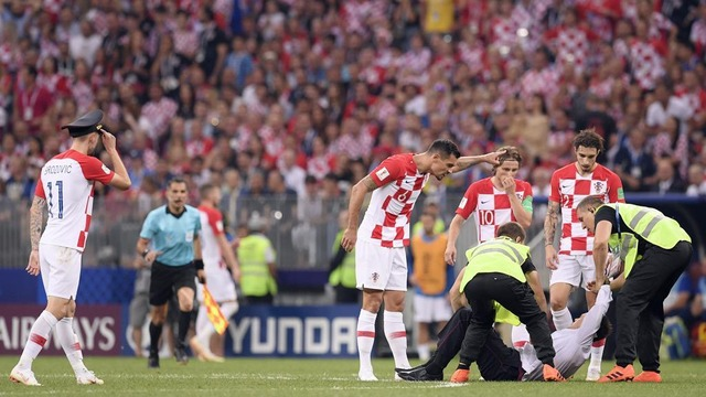 ◆画像◆クロアチア代表ブロゾビッチさんが乱入者が被ってた軍隊帽被っててワロタwww