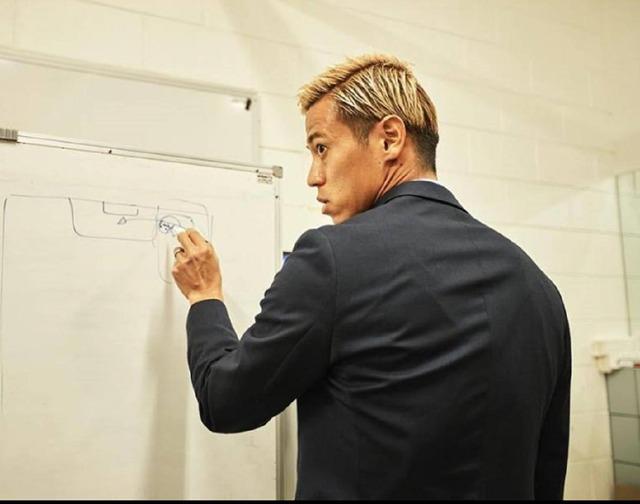◆画像◆ACL広州恒大戦、ロッカールームで監督差し置き戦術指導するケイスケホンダwww