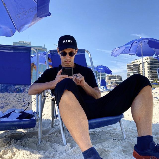 ◆悲報◆本田圭佑さんリオのビーチにスニーカーで出かけて「それは邪道」と指摘される