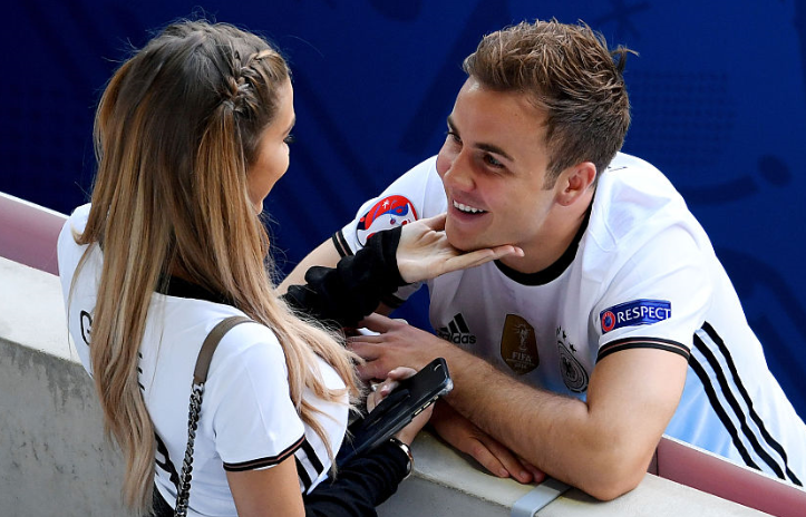 ◆画像◆ゲッツェ、ユーロ試合会場で彼女と濃厚キス