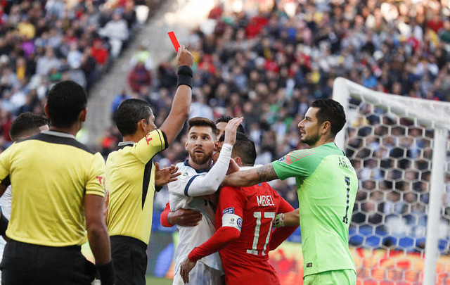 ◆悲報◆メッシ、退場に激おこ表彰式出席拒否「腐敗と審判がサッカーを駄目にしてる」