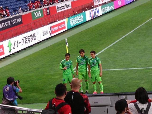 ◆画像◆浦和に恩返しした元浦和三人衆が浦和ゴール裏に挨拶に来て浦和サポイライラ(´・ω・`)