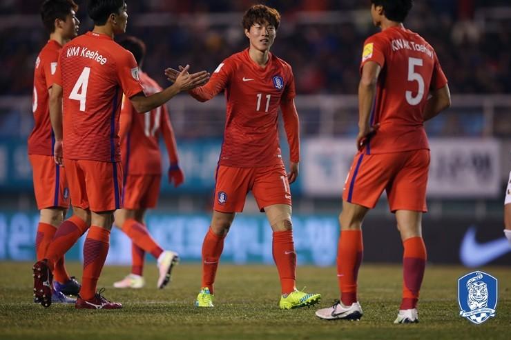 ◆悲報◆韓国代表のナイキ新ユニに韓国ネット民不満!「赤い下着」「中国っぽい」「ナイキは親日企業」