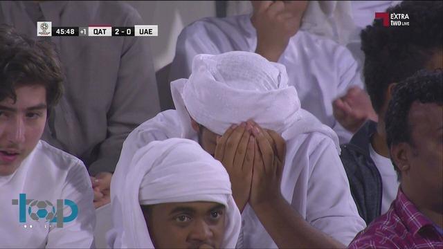 ◆悲報◆UAEサポ2点目取られて大荒れ!喜ぶカタールの選手に向かって大量に靴を投げる