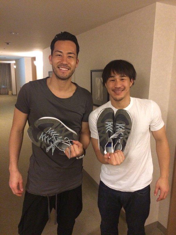◆画像◆岡崎と吉田がミズノの新製品を持ってパシャリ!岡崎の表情の何とも言えない感が憎たらしいほど愛おしいwww