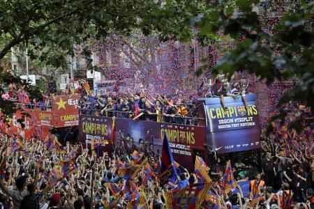 ◆CL◆バルセロナのネイマール、祝勝パレード中にファンをマクドナルドへ走らせる