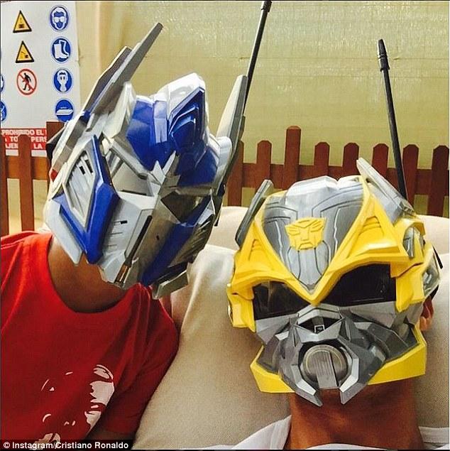 ◆画像小ネタ◆クリロナさん、息子にせがまれてトランスフォーマー仮面をがっつり被るwww