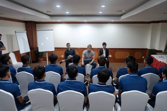 ◆画像◆カンボジア代表合宿のミーティングで演説するケイスケホンダ