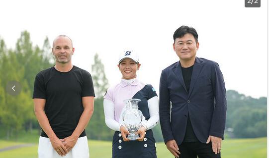 ◆画像◆イニエスタが女子プロゴルフの表彰式に出てきてワロタwww