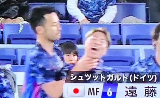 ◆悲報◆日本代表FW浅野拓磨さん、吉田麻也に首を絞められるwww