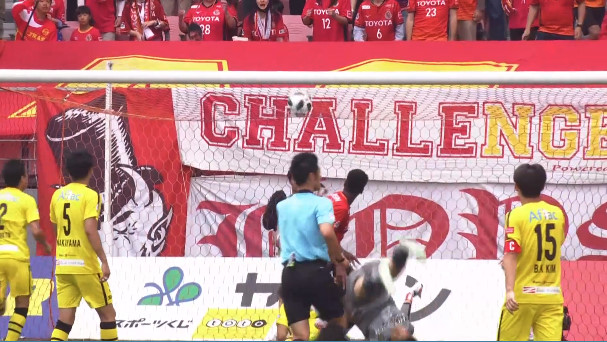 ◆Jリーグ◆柏の日本代表GK中村航輔、ジョーと交錯して頭から落下、起き上がれず担架で退場