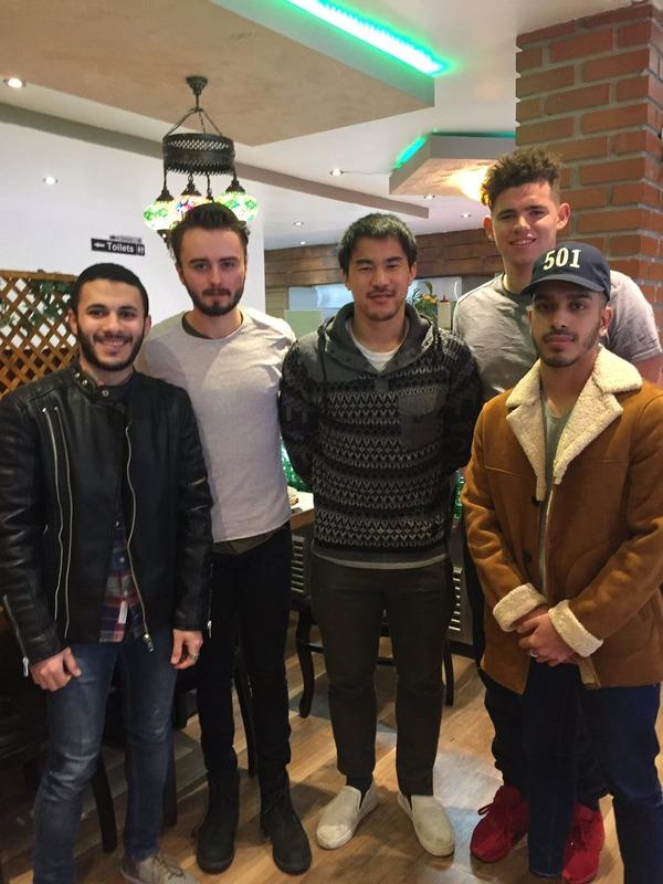 ◆画像◆岡崎慎司とレストランで遭遇し記念撮影したファンが全員どことなくサッカー選手のそっくり芸人みたいでワロタwww
