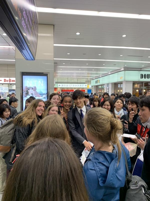 ◆画像◆浦和のU20日本代表DF橋岡大樹が外国人女性多数に取り囲まれてむちゃくちゃモテていると話題に!