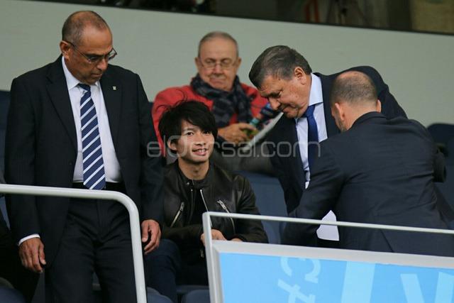◆画像◆柴崎岳くん、おじいさんたちに優しく対応されてスタジアムでサッカー観戦