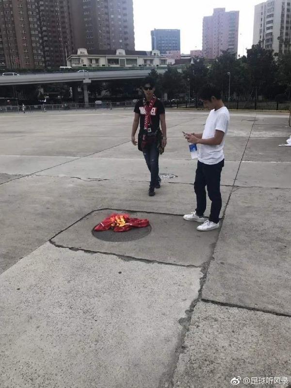 ◆ACL◆浦和サポらしき人物上海で対戦相手上海上港のユニフォームを燃やす(´・ω・`)