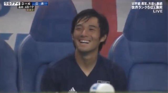 ◆画像◆副審にクレーム入れる吉田麻也を笑顔で見つめる中島翔哉www