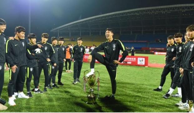 ◆悲報◆U18韓国代表のトロフィー踏みくん全英デビュー…ついにBBCにまで晒される