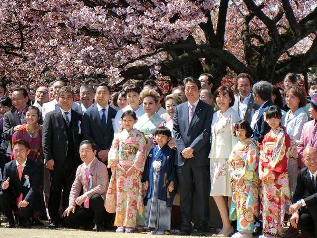 ◆画像◆安倍首相主催「お花見会」の首相の真後ろベスポジにラモス瑠偉