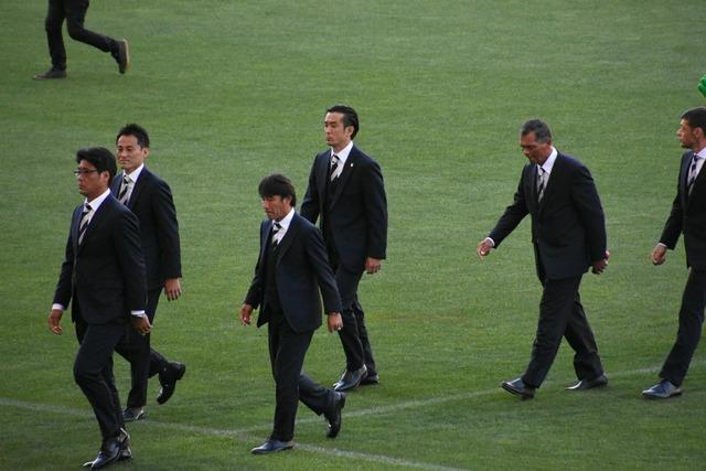 ◆画像◆浦和のコーチ陣がアウトレイジ大槻毅を真ん中にスーツ姿でピッチを練り歩いた結果w
