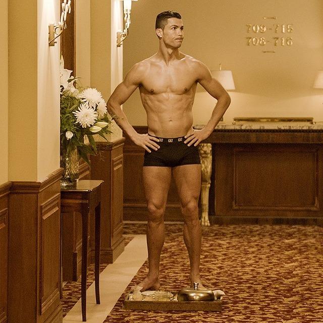 ◆画像◆クリロナさんホテルの廊下でルームサービスを前にパンツ一丁!、今オフ裸になりすぎ問題勃発