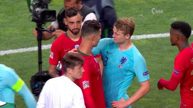 ◆UNL◆オランダ代表DFデリフト、決勝終了直後クリロナさんにユーベに誘われ苦笑い