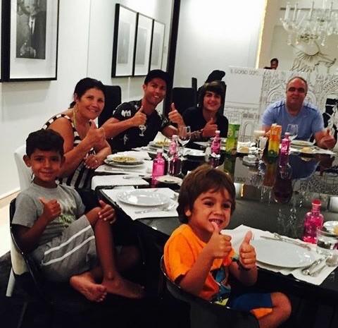 ◆画像小ネタ◆クリロナさんは一族揃って食事するときも帽子をかぶります(´・ω・`)