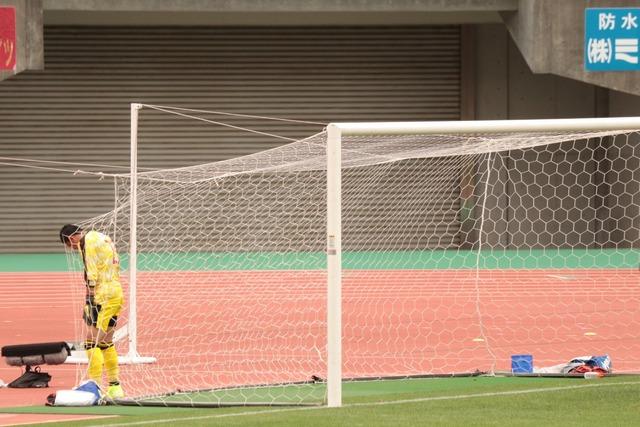 ◆悲報◆元千葉のファンタジスタGK佐藤優也、負けてるATにイライラをボールボーイにぶつけてしまって反省(´・ω・`)