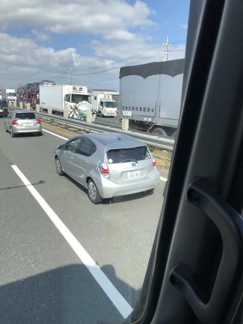 【画像あり】加古川バイパスで軽自動車がトラックに挟まれ、軽の親子3人死亡