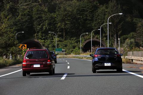 彡(゚)(゚)「前の車おっそいなぁ…追い越ししたろ!」