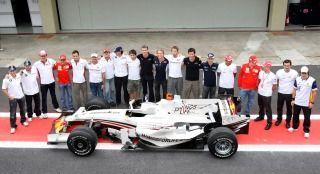F1チーム「アカン、新車発表会やのにまだマシン出来てないンゴ、せや!」