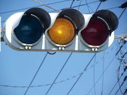 運転中俺「この間隔で黄色か…止まっとくか」→後続車がいきなり車線変更&超加速で信号無視wwwwwwwww