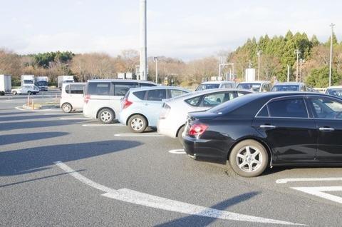 【話題】高速SA・PA、駐車マスが足りない!大型車用は全国的に不足傾向 マナー違反も一因wwwwwww