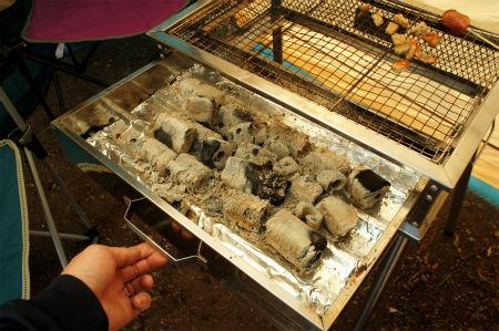 アルミホイルを敷いた後はいつもどおりに火床に炭を入れBBQを楽しみます。