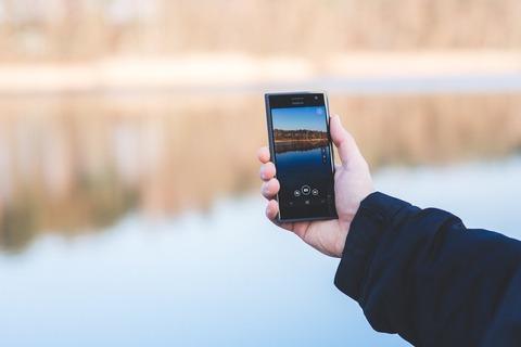 man-hand-smartphone-lake-large