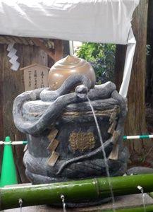 大神神社のヘビの手水