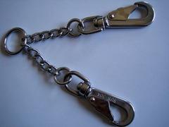 ステンレス製の首輪とハーネスを繋ぐ金具