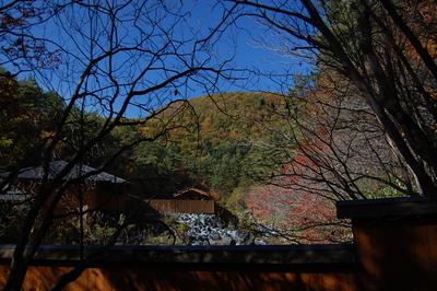 西の河原露天風呂と紅葉の写真