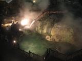 夜の草津温泉、ライトアップされた湯畑の写真