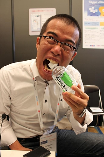 Amebaの水に噛みつく田端さん