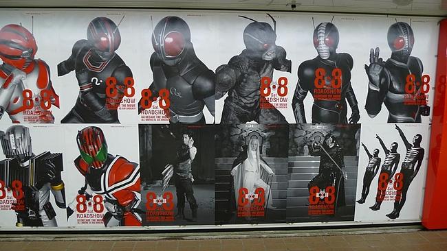 新宿駅のでかいポスター