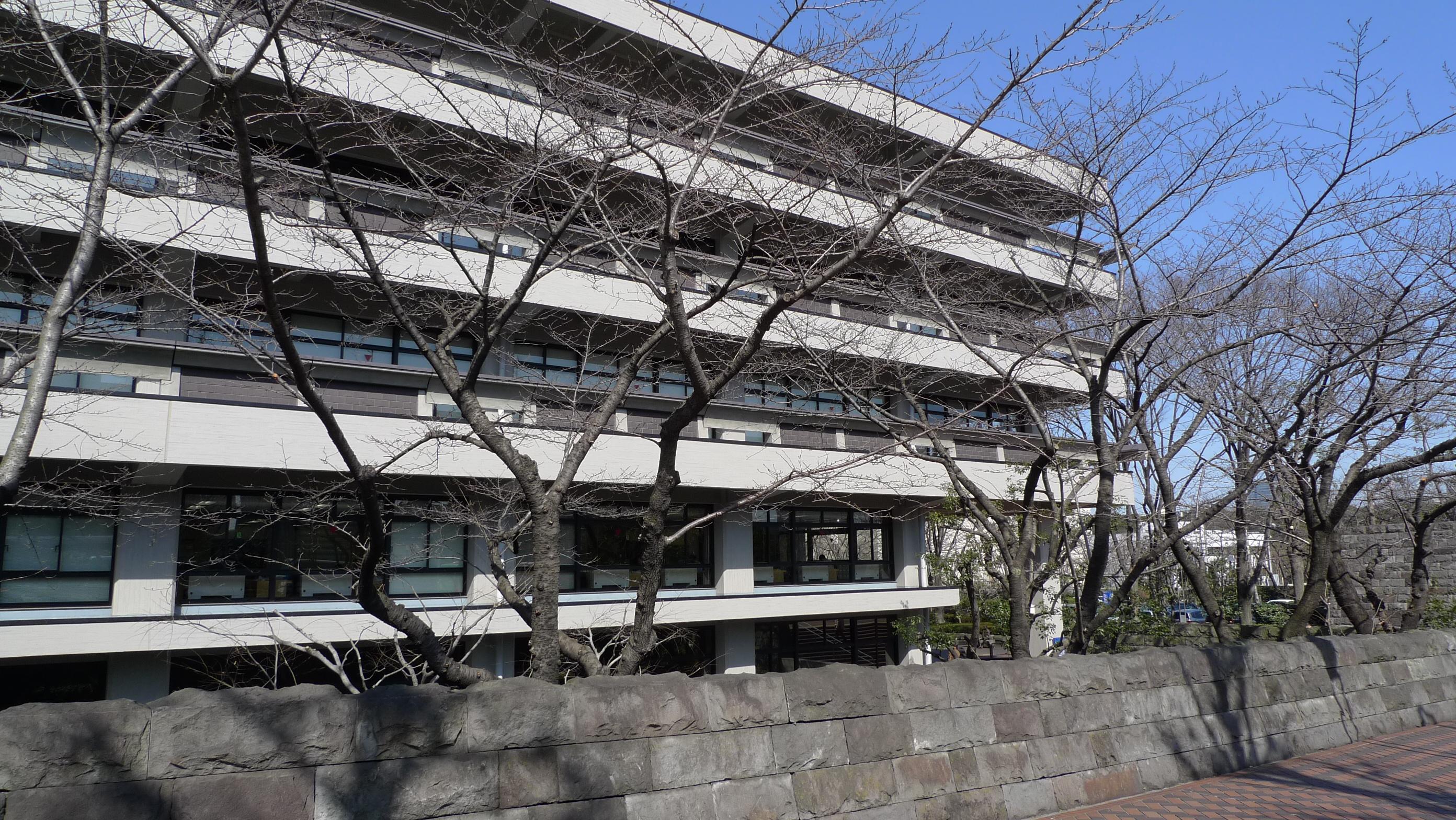国立国会図書館 国会議事堂の隣にある。 ばーん。 ばばーん。 国立国会図書館で村上春樹関連の本を