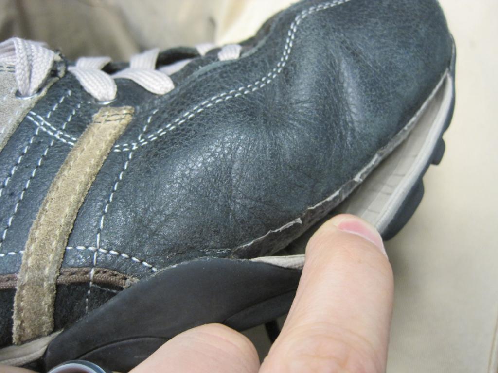 靴底(ラバー)がはがれたときに、修理できる接着剤があった 自分で修理!