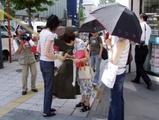 「メン」と叫びながら傘で通行人の頭を叩く